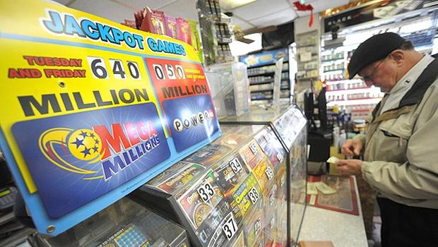 Placar do megaprêmio da loteria que distribui US$ 640 milhões (Foto: AFP Photo)