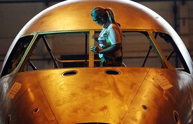 Técnico vistoria aeronave da Embraer: acordo com Boeing (Foto: Marcio Scavone/Época NEGÓCIOS)