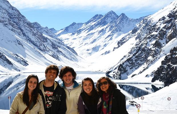 Thais Ferreira de Souza (à esq.) com os amigos do curso: encontro em viagem ao Chile e Argentina (Foto: Acervo Pessoal)