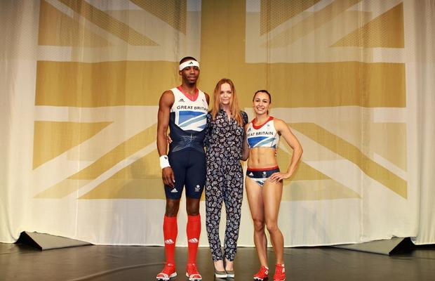 Phillips Idowu e Jessica Ennis posam ao lado da estilista Stella McCartney, que criou os uniformes para a equipe do Reino Unido (Foto: Getty Images)