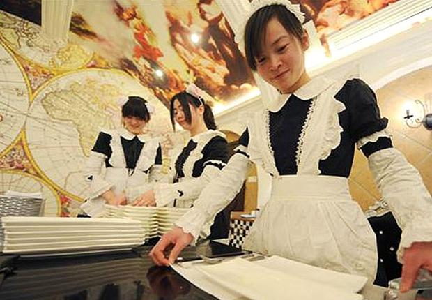Atendente do restaurante temático inaugurado em Yangzhou: uniforme de criada francesa atrai clientela masculina (Foto: Reprodução internet)