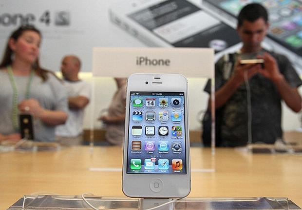 Consumidores experimentam iPhone 4S em loja da Apple  (Foto: Getty Images)
