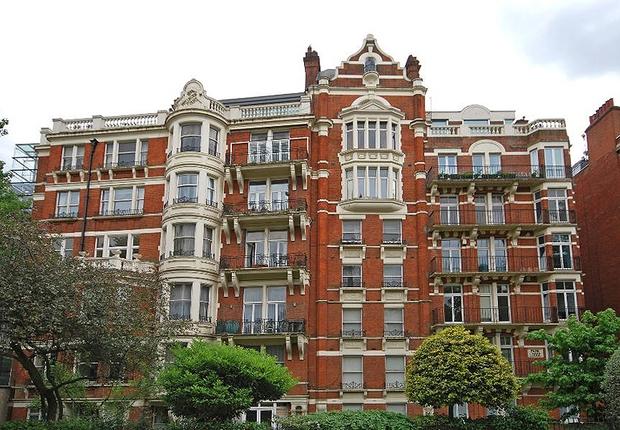 Do lado de fora, Wellington Court é um edifício de respeito: assim como as contas de quem mora lá (Foto: Reprodução internet)