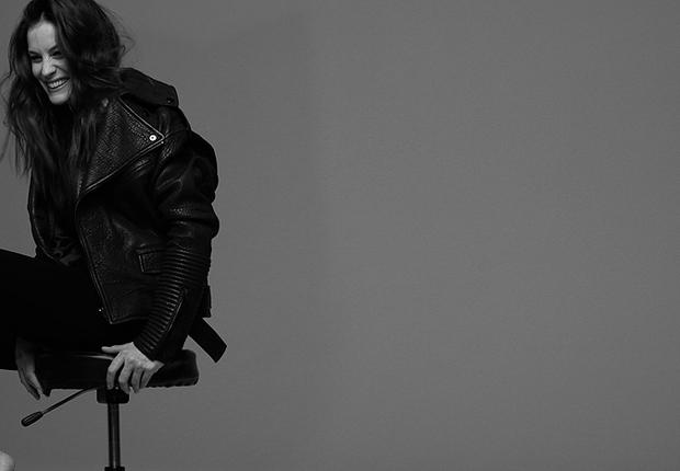 No lançamento do novo perfume da Givenchy, Liv Tyler aparece cantando