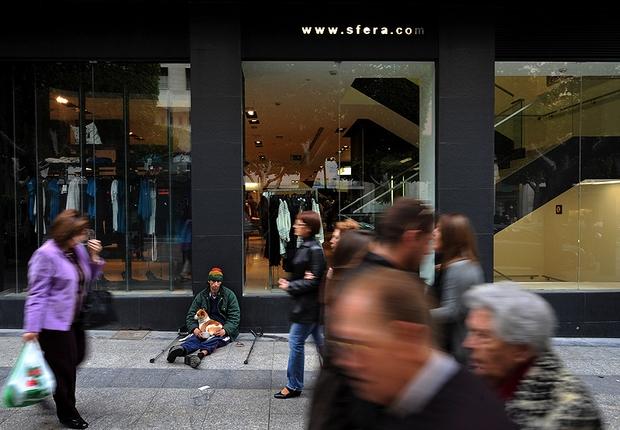 Desempregado pede dinheiro em rua da Espanha (Foto: Getty Images)