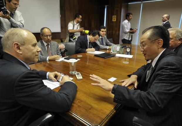 O ministro da Fazenda Guido Mantega encontra o candidato à presidência do Banco Mundial, Jim Yong Kim (Foto: Marcello Casal Jr/ABr)