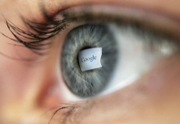 Tela com buscador do Google refletido nos olhos de uma usuária da internet (Foto: Getty Images)
