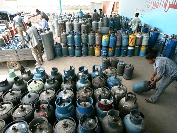 Os desempregados na Faixa de Gaza compram o gasóleo por um preço e revendem com lucro para quem não pode ficar na fila (Foto: Getty Images)
