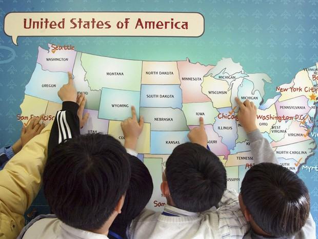 Estudantes sul-coreanos fazem exercício em aula de inglês: lição para o Brasil (Foto: Getty Images)