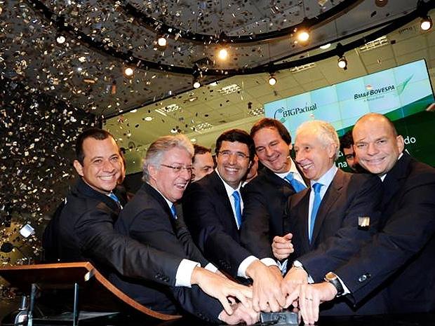 CEO do BTG Pactual, André Esteves (ao centro), em cerimônia de abertura do pregão, ao lado dos sócios do banco (Foto: Divulgação)