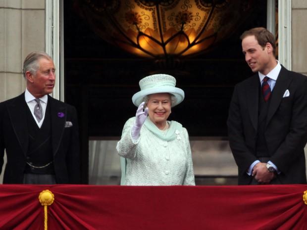 Príncipe Charles, Príncipe William e Elizabeth II (Foto: Getty Images)