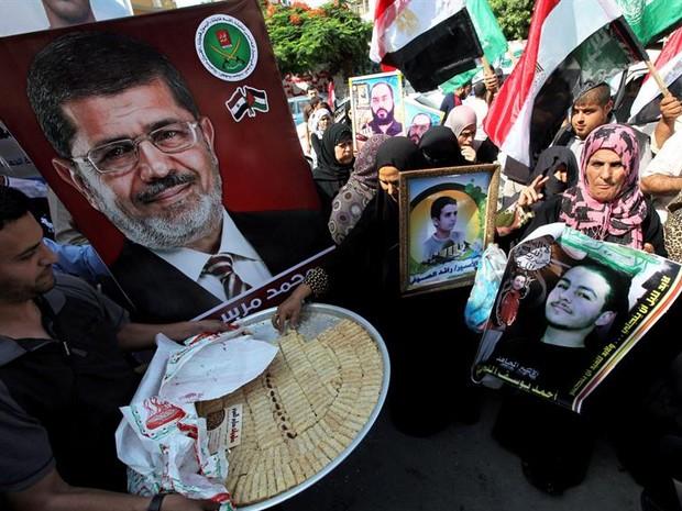 Simpatizantes comemoram a vitória de Mohamed Mursi  (Foto: EFE)