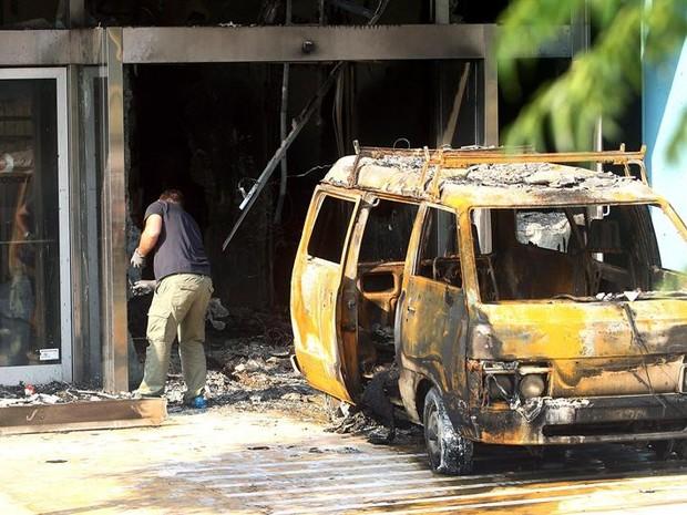 Investigador da polícia busca pistas sobre atentado à sede da Microsoft (Foto: EFE)