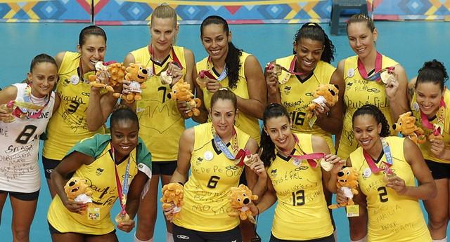 Seleção brasileira feminina de vôlei comemora, no pódio, a conquista da medalha de ouro no Pan de Guadalajara (Foto: Daniel Ochoa de Olza / AP)