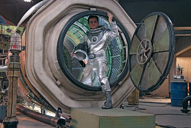O ASTRO João (Wagner Moura) sai da máquina do tempo em O homem do futuro. Na tradição dos romances de ficção científica (Foto: divulgação)