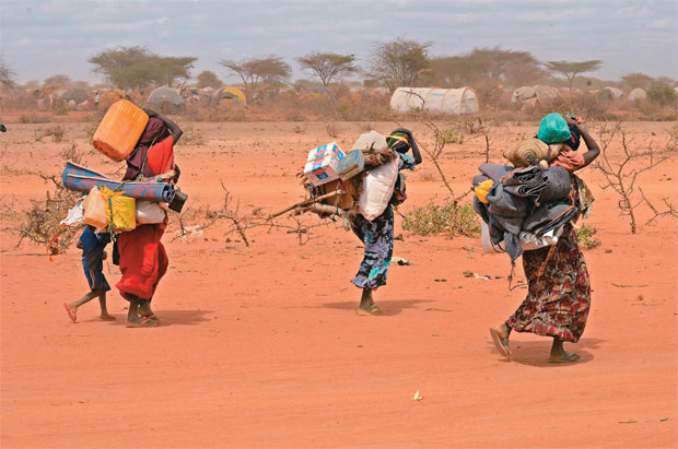 TRAGÉDIA  CÍCLICA Moradores fogem da fome causada pela seca na Somália. A falta de chuvas na região foi prevista, mas o alerta não evitou a crise humana  (Foto: Boris Roessler/dpa/Corbis/Latin Stock)