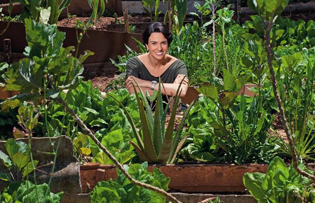 NOVOS RUMOS Monica em uma das hortas construídas num terreno baldio na Brasilândia. O local era usado como lixão e para desovar cadáveres (Foto: Rogério Cassimiro/Época)
