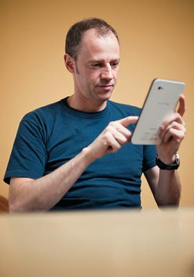 FACILIDADE O editor de livros Paulo Tadeu e seu tablet. Desde que aderiu aos e-books, ele compra mais livros estrangeiros (Foto: Filipe Redondo/ÉPOCA)