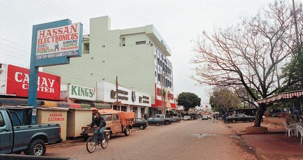 COMÉRCiO Avenida de Pedro Juan Caballero, no Paraguai, que faz fronteira com o Brasil. O tráfico movimenta US$ 100 milhões por mês na cidade (Foto: Rosane Marinho/Folhapress)