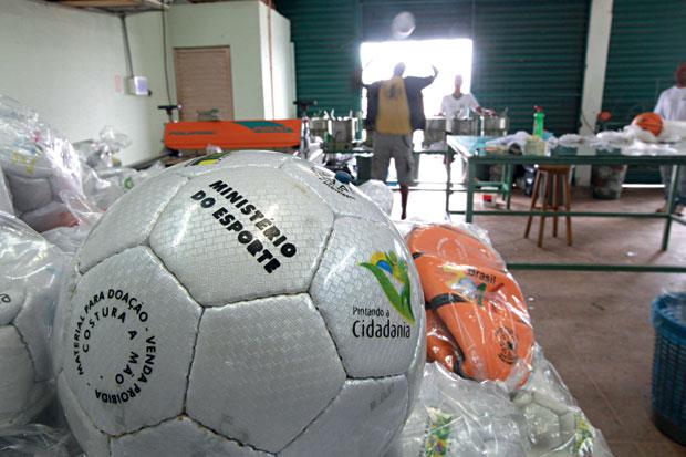 BOLA PARA FORA Fábrica de bolas de cooperativa ligada à ONG Pró Ação, em Valparaíso, Goiás. Ela é considerada modelo, mas a cooperativa que contrata é dirigida pela mulher de seu presidente  (Foto: Igo Estrela/ÉPOCA)