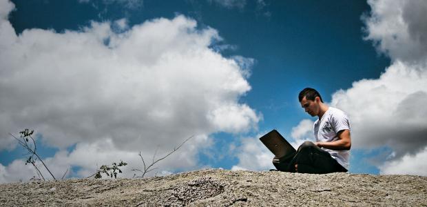 """PREÇO ALTO O biólogo Hebert Campos, em Campina Grande. A internet abriu seus horizontes e acabou com sua concentração. """"Perco de um lado, mas ganho do outro""""  (Foto: Kleide Teixeira/ÉPOCA)"""