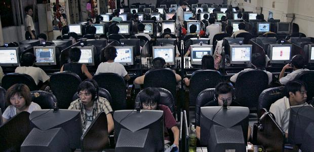 GERAÇÃO VELOZ Jovens chineses jogam on-line e navegam na internet num cibercafé na província de Hubei.  O cérebro parece se adaptar ao ritmo do computador (Foto: Imaginechina/Corbis)
