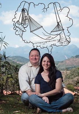 DUAS CABEÇAS Botelho e Patrícia no quintal de casa, em Petrópolis. Eles têm uma empresa, três planos de previdência e muita disposição para a conversa (Foto: Guillermo Giansanti/ÉPOCA e llustração: Samuel Rodrigues)