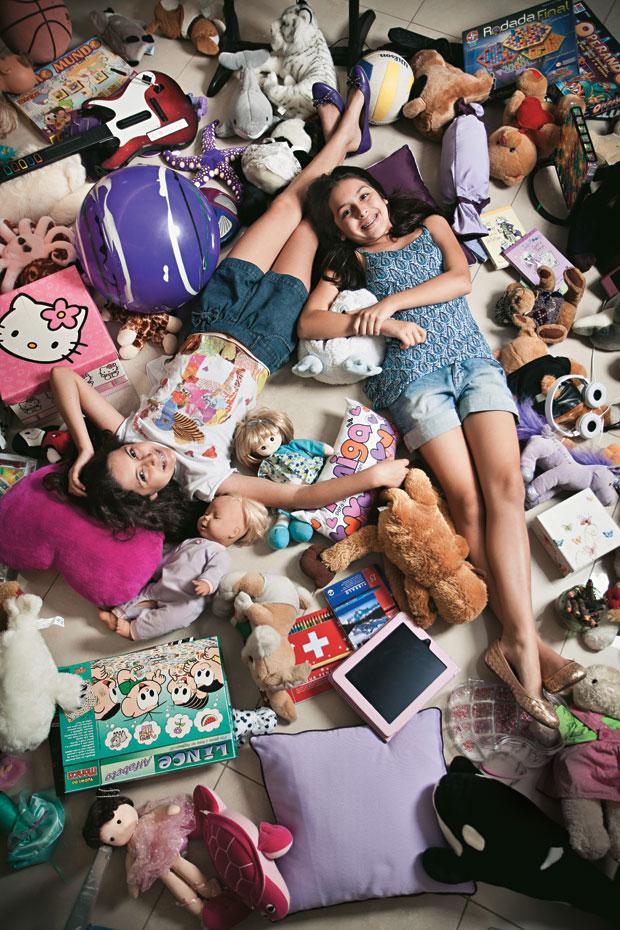 NA INFÂNCIA As irmãs Isabela,  de 11 anos, e Luiza Duarte, de 10. Elas fazem tratamento para deter a evolução da puberdade, que começou aos 8 anos (Foto: Stefano Martini/ÉPOCA)
