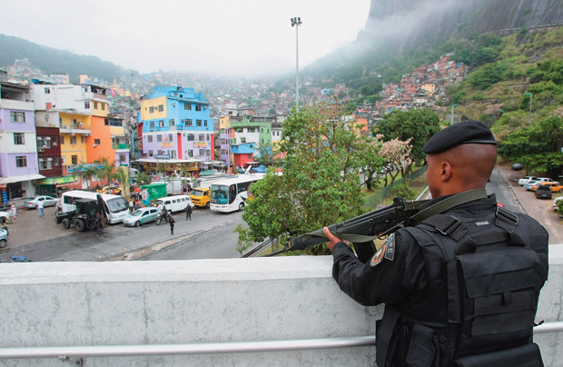NA ROCINHA As forças da lei levaram a presença do Estado para dentro da favela carioca. Apesar dos percalços, Beltrame sabe aonde quer chegar e persevera (Foto: Guilherme Pinto/Extra/Ag. O Globo)