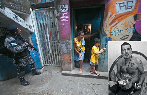 SOB OCUPAÇÃO Um policial (acima) revista uma moradia, no primeiro dia da ocupação da Rocinha. Edmilson Ribeiro (à dir.) era usado por traficantes na produção de cocaína (Foto: Fernando Donasci/ÉPOCA)