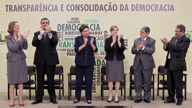 Dilma Rousseff acompanhada de ministros e secretários durante cerimônia de sanção da lei que institui a Comissão da Verdade (Foto: Roberto Stuckert Filho/PR)
