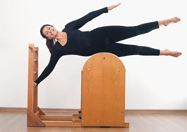 Karina Arruda na posição side lying, no aparelho de pilates chamado de barril  (Foto: Rogerio Cassimiro/ÉPOCA)