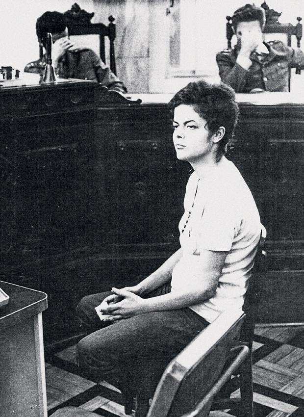 A RÉ DILMA Dilma na sede da Auditoria Militar no Rio de Janeiro, em novembro  de 1970. Ao fundo, os oficiais que a interrogavam sobre sua participação na luta armada escondem o rosto com a mão (Foto: Reprodução que consta no processo da Justiça Militar)
