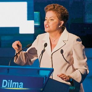 REAÇÃO Dilma, no primeiro debate do segundo turno, na TV Bandeirantes. Em queda nas pesquisas, ela entendeu o recado dos assessores de que precisava ir para o ataque (Foto: Marlene Bergamo/Folhapress)