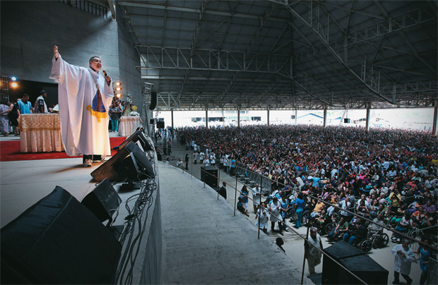 PRIMEIRA COMUNHÃO O padre Marcelo Rossi na primeira missa do Santuário Mãe de Deus, em outubro. A inauguração oficial da igreja está prevista para 2012 (Foto: Juca Varella/Folhapress)