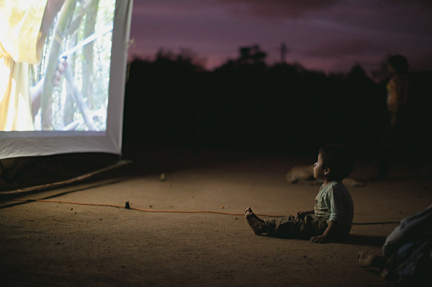 NA TELONA Um indiozinho assiste a um documentário na aldeia mbyá-guarani. Ao apresentar os costumes antigos aos mais novos, os filmes ajudam a resgatar a tradição (Foto: Ernesto Ignacio de Carvalho)