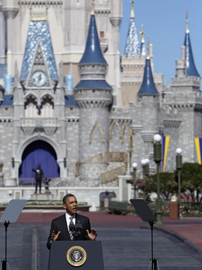 Barack Obama discursa na Disney, na frente do castelo da Cinderela (Foto: Haraz N. Ghanbari/AP)