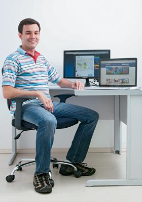 VETERANO Daniel Avizu em sua empresa. Ele estudou inteligência artificial no site Khan Academy  e se matriculou num curso de gestão em Stanford  (Foto: Rogério Cassimiro/Época)