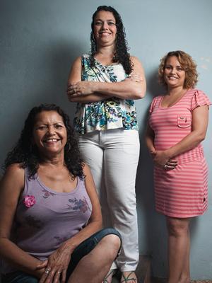NOVO LEGADO A diarista Maria de Fátima dos Santos (à esq.) com as filhas Cristiane e Érika. A mãe garantiu que as filhas chegassem à faculdade. Elas não serão diaristas (Foto: Filipe Redondo/ÉPOCA)