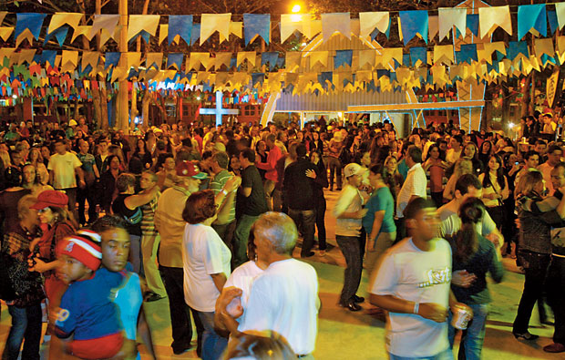 BAILE Festa junina em São João da Barra, Rio de Janeiro, um dos municípios com contas reprovadas. Critérios políticos prevalecem  na escolha de fornecedores  (Foto: Letícia Pontual/Ag. O Globo )