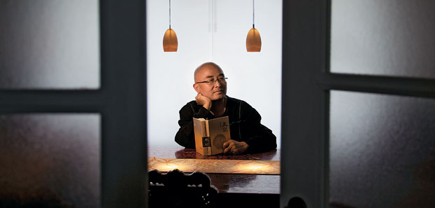 """LIBERDADE Liao Yiwu, em foto recente. O escritor fugiu da China e hoje vive na Alemanha. """"Só agora me  sinto livre"""" (Foto: Gordon Welters/The New York Times)"""