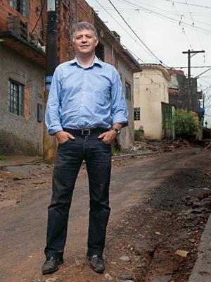 MEDIADOR Albuquerque na Zona Leste de São Paulo. Seu trabalho busca evitar conflitos (Foto: Rogério Cassimiro/ÉPOCA)