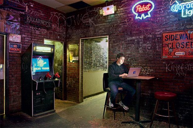 HAPPY HOUR Mark Zuckerberg  em seu bar favorito em Palo Alto,  na Califórnia. O antissocial virou o rei das redes sociais (Foto: Bret Taylor/August/Latinstock)