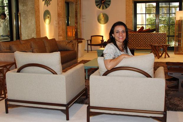 Mila Rodrigues e a poltrona Guatavita (Foto: Rhodnei Pedroso)