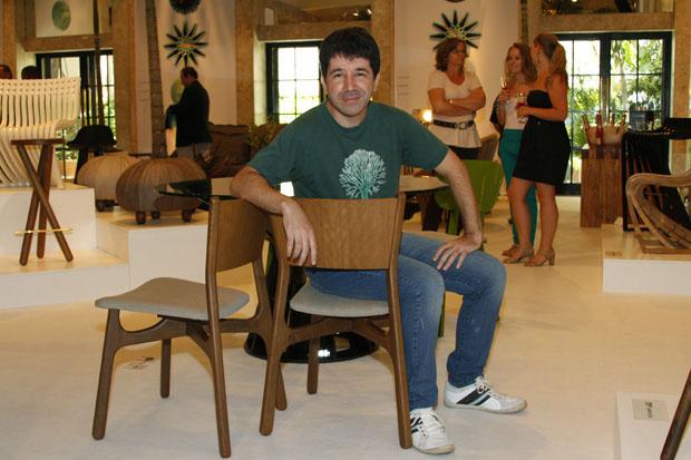Eduardo Baroni e a cadeira Ceiba  (Foto: Rhodnei Pedroso)