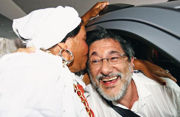 EM CAMPANHA Uma baiana vestida a caráter faz festa para Gabrielli, na volta do ex-presidente da Petrobras à Bahia. Ele quer ser candidato a governador do Estado (Foto: Fernando Amorim/Ag. Tarde )