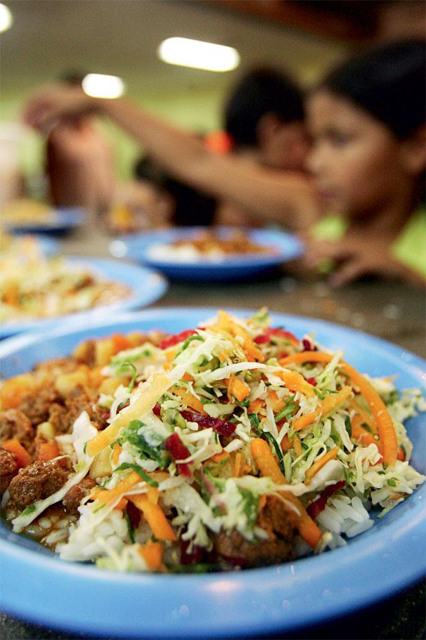 A COMIDA Um prato de merenda servido numa escola  de São Paulo.  As empresas são acusadas de usar ingredientes de má qualidade  e de servir porções menores que o combinado  (Foto: Clayton de Souza/AE)