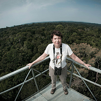A empresária Vitória da Riva, na torre do seu hotel. A estrutura, com 50 metros de altura, permite aos hóspedes ver os animais acima da copa das árvores (Foto: Stefano Martini)