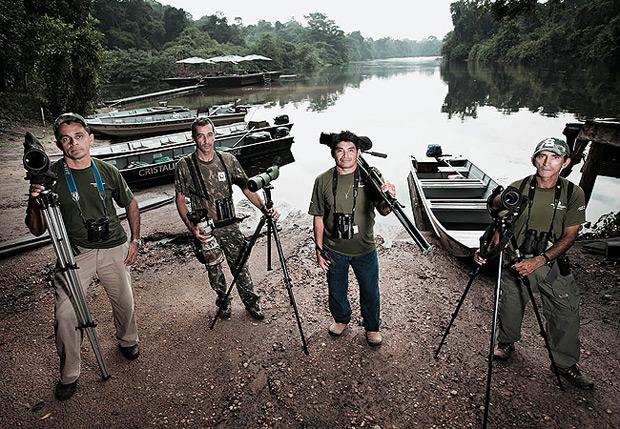 Os guias do hotel em frente ao rio Cristalino. Todos eram garimpeiros, deixaram as minas de ouro e hoje são especialistas em observação de aves da Amazônia (Foto: Stefano Martini)