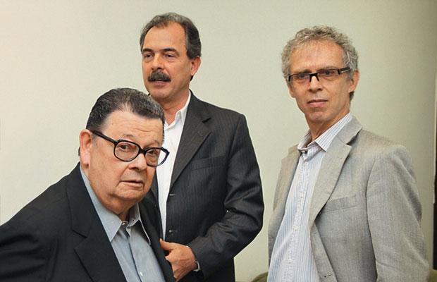 """A BANCA Delfim Netto, Mercadante e Ricardo Abramovay no dia da defesa da tese de Mercadante.  No dia seguinte, já havia na internet críticas contundentes ao novo doutor – mas a decisão  da banca é considerada """"soberana""""  (Foto: Luis Cleber/AE)"""